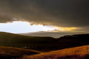 秋の霧ヶ峰高原 踊り場湿原と南アルプス山並みの写真素材 [FYI04517626]