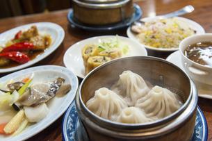 中華料理の食卓の写真素材 [FYI04518027]