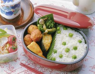 グリンピースご飯のお弁当の写真素材 [FYI04518124]