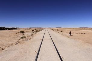 ウユニ塩湖 線路と青空の写真素材 [FYI04518468]