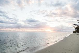 夕暮れのビーチの写真素材 [FYI04519650]