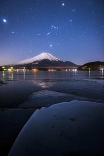 山梨県 夜の山中湖より富士山とオリオン座の写真素材 [FYI04519943]