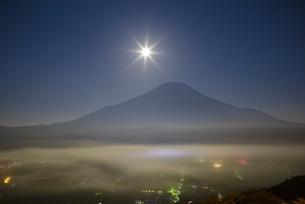 山梨県 雲海に浮かぶ富士山と月の写真素材 [FYI04519968]