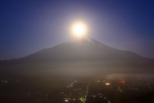 山梨県 雲海に浮かぶ富士山と月の写真素材 [FYI04519969]
