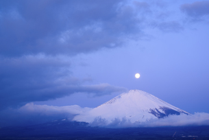静岡県 富士山と浮かぶ月の写真素材 [FYI04519982]