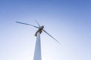 風力発電風車を青空に見上げるの写真素材 [FYI04520255]