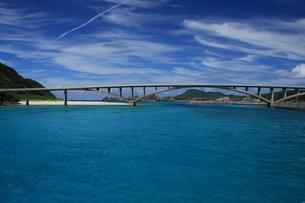 沖縄の海 阿嘉島の橋の写真素材 [FYI04520520]