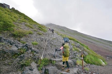 富士山を登り始める女性の写真素材 [FYI04520626]