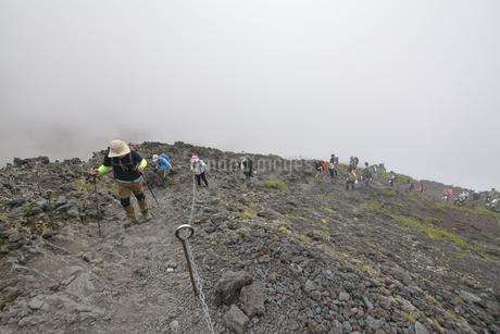岩場を登る人々の写真素材 [FYI04520627]