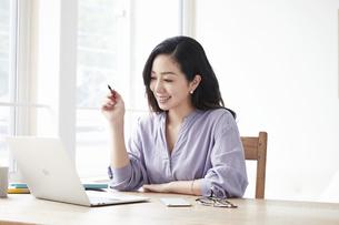 ノートパソコンを見る女性の写真素材 [FYI04521029]