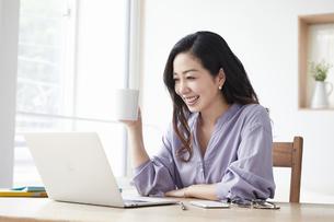 ノートパソコンを見る女性の写真素材 [FYI04521034]