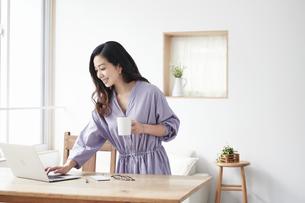 ノートパソコンを見る女性の写真素材 [FYI04521043]