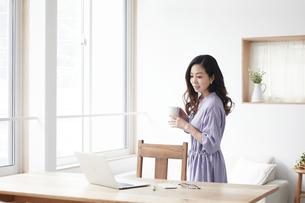 ノートパソコンと女性の写真素材 [FYI04521046]