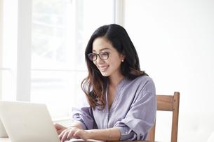 ノートパソコンを見る女性の写真素材 [FYI04521050]