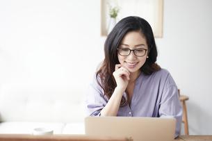 ノートパソコンを見る女性の写真素材 [FYI04521053]