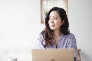 ノートパソコンと女性の写真素材 [FYI04521056]
