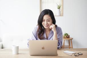 ノートパソコンを見る女性の写真素材 [FYI04521061]