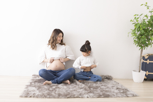 妊婦さんと女の子のポートレートの写真素材 [FYI04521467]