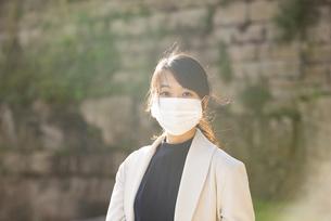 マスクをしてこちらを見ている女性の写真素材 [FYI04521601]