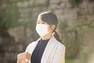 マスクをして遠くを見ている女性の写真素材 [FYI04521606]