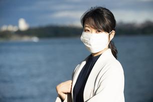 マスクをしてこちらを見ている女性の写真素材 [FYI04521635]