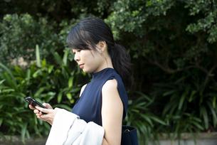 スマホを見ている女性の写真素材 [FYI04521658]