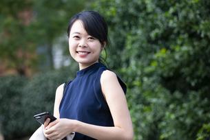 スマホを持って笑っている女性の写真素材 [FYI04521692]