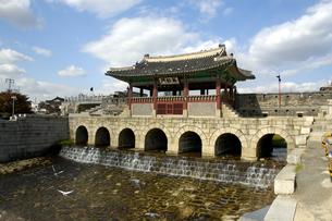 韓国 水原 華城の華虹門(北水門)の写真素材 [FYI04521749]