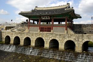 韓国 水原 華城の華虹門(北水門)の写真素材 [FYI04521750]
