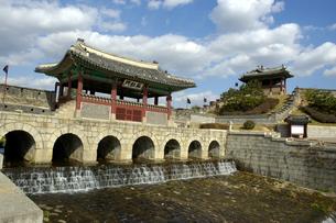 韓国 水原 華城の華虹門(北水門)の写真素材 [FYI04521751]