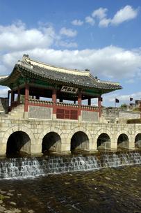 韓国 水原 華城の華虹門(北水門)の写真素材 [FYI04521752]