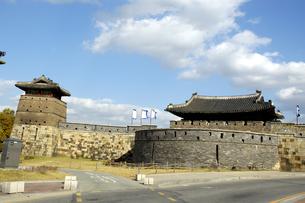 韓国 水原 華城の華西門(西門)の写真素材 [FYI04521757]
