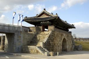 韓国 水原 華城の華西門(西門)の写真素材 [FYI04521758]