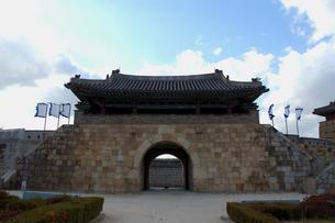 韓国 水原 華城の華西門(西門)の写真素材 [FYI04521759]