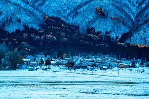 初冬の山村白馬村神城の写真素材 [FYI04522052]