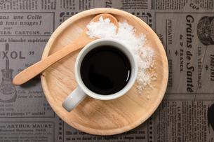 木製の器に乗った美味しそうなコーヒーと添えられた砂糖の写真素材 [FYI04522222]