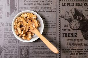 美味しそうなクルミと木製のスプーンと雰囲気のある背景の写真素材 [FYI04522226]
