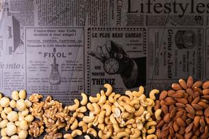 アーモンドナッツとカシューナッツとクルミと雰囲気のある背景の写真素材 [FYI04522229]