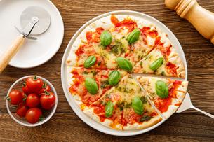 マルゲリータピザのある食卓の写真素材 [FYI04522261]