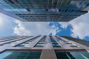 二つの高いビルを見上げるの写真素材 [FYI04522470]
