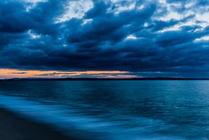 厚い雲のある夕方の風景の写真素材 [FYI04522471]