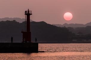オレンジ色の港の夕景の写真素材 [FYI04522472]