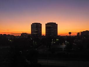 ツインビルのある朝の風景の写真素材 [FYI04522506]