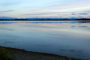 アラスカ、日没後の湖の写真素材 [FYI04523139]