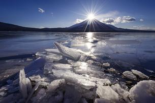 山梨県 山中湖の御神渡りとダイヤモンド富士の写真素材 [FYI04523329]