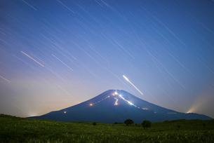 山梨県 夏の富士山と星の日周運動の写真素材 [FYI04523330]