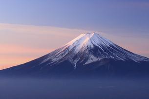 山梨県 朝焼けの富士山の写真素材 [FYI04523331]