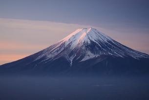山梨県 朝焼けの富士山の写真素材 [FYI04523332]