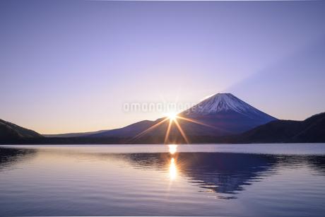 山梨県 本栖湖より富士山からの日の出の写真素材 [FYI04523333]