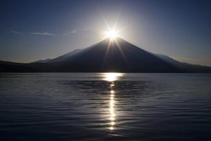 山梨県 山中湖よりダイヤモンド富士の写真素材 [FYI04523336]